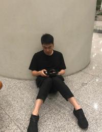 林依轮机场疲惫瘫坐地上