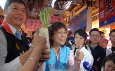 王如玄拜票处女秀 民众送菜头祝高票当选