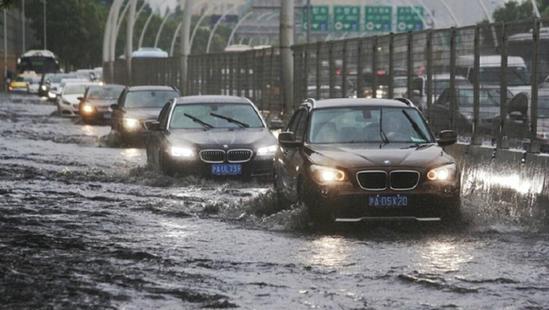 上海暴雨牌照_上海遭遇特大暴雨 市民顶\