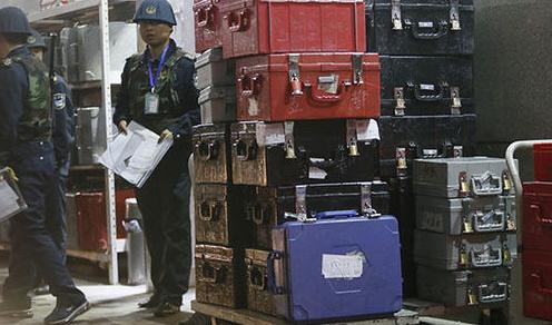 新版人民币出库 43辆武装押运车排长龙取新钞
