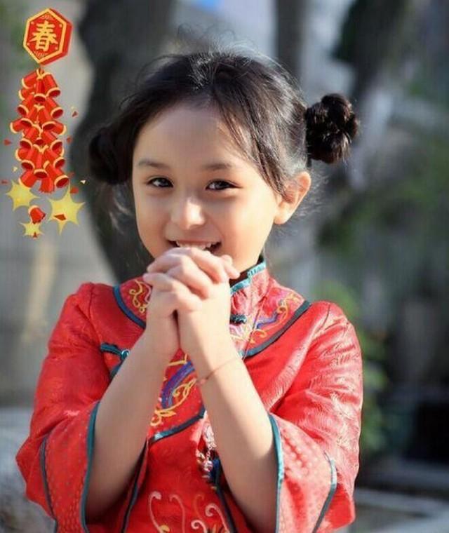 晋江小芈月穿中国红戴银链拜年