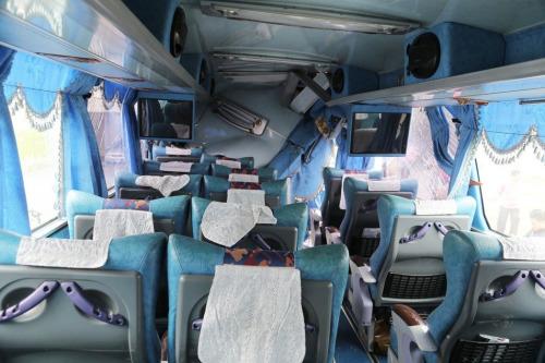 载运陆客团游览车车头上方几乎全毁。台湾《联合报》记者刘学圣/摄影