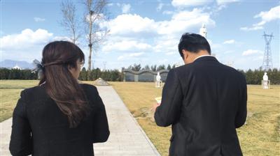 """墓地中介带记者去墓地""""探墓""""。新京报记者游天燚摄"""