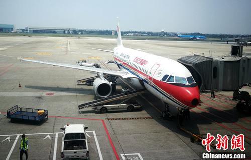 资料图:停机坪上正在上客的客机。 <a target='_blank' href='http://www.chinanews.com/'>中新社</a>记者 刘忠俊 摄