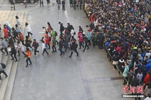 资料图:2016年11月27日,山西太原一处国家公务员考试考点,考生排队准备进入考场。武俊杰 摄