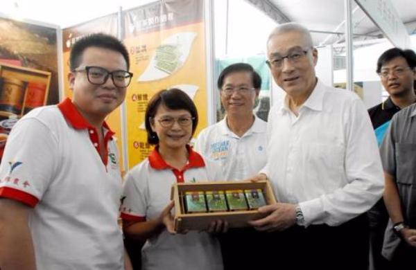 """国民党主席吴敦义(左四)。图片来源:台湾""""中央社""""。"""