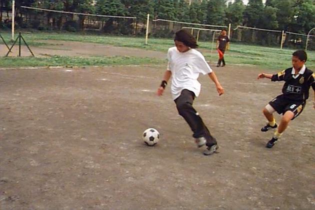韩寒20岁时与小学生踢球