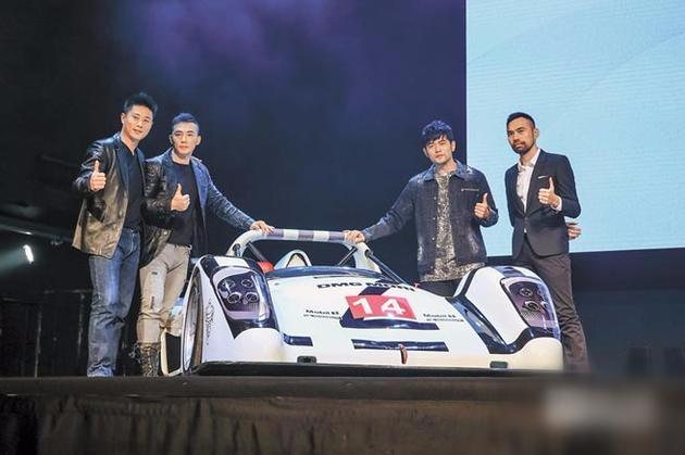 小刀(左起)、刘畊宏、监制周杰伦、导演陈奕先昨出席《叱咤风云》记者会,现场秀出赛车助阵。