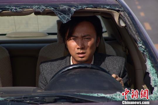 图为:徐峥在电影《无人区》饰演律师一角。 资料图 摄