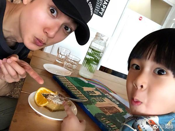 女儿练舞吴尊却带儿子加餐