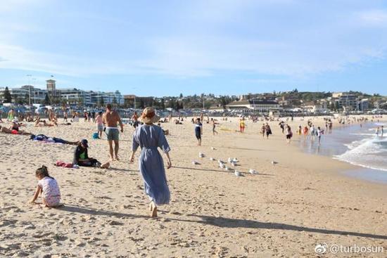 孙俪漫步沙滩