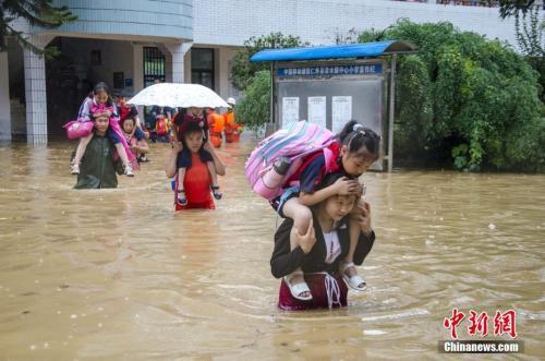 7月2日,四川仁寿县清水镇遭遇暴雨袭击,清水小学进水被淹,当地迅速启动防汛应急预案,1093名师生全部安全转移。 梁卫东 摄