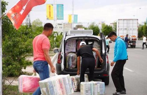 资料图:在中哈霍尔果斯国际边境合作中心,哈萨克斯坦顾客把货物塞满汽车。<a target='_blank' href='http://www.chinanews.com/'>中新社</a>记者 富田 摄