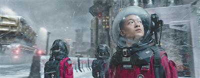 屈楚萧饰演吴京在地球上的儿子。