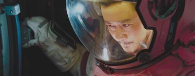 吴京以特别出演的身份在片中饰演航天员刘培强,接这个角色主要是因为当初看剧本的时候,让他想到了自己的儿子。