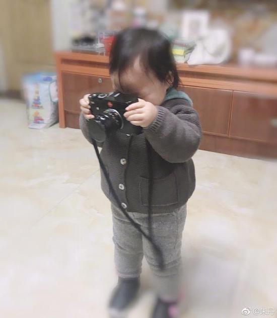 朱丹女儿拿相机记录生活