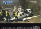 小飞机坠公路 冲撞轿车一死五伤