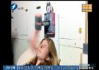 美女技术宅自制机器人闹钟打脸