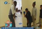 进教室前 先和老师来个花式握手