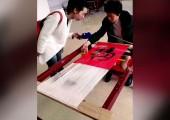 方碧双向本台记者介绍永春纸织画编织过程