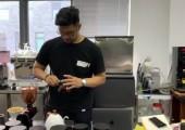 罗杰翰正在制作单品咖啡