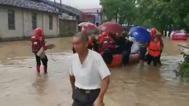 福建省消防救援总队全力投入抗洪抢险救援 疏散营救被困群众
