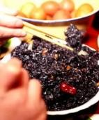 """畲族人过年,有一道""""黑乎乎""""的米饭"""