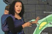 有爱!美国女天气预报员背孩子播报天气走红网络