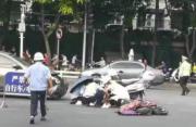 突发!福州闹市区一依姆骑电动车横穿马路被撞