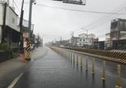 台湾屏东民众冒暴雨上班上课 怒呛:拿命在搏斗