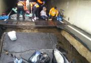 台南连日大雨地下机车道塌陷 三骑士惨摔