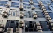 """邻居空调外机""""热吻""""自家窗户一年 其实早有规定规范"""