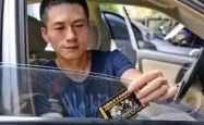 你的车窗上被塞过小卡片吗?