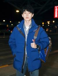 刘昊然蓝色大衣现身巴黎