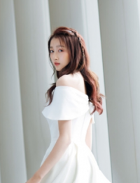 关晓彤穿一字肩纯白裙装
