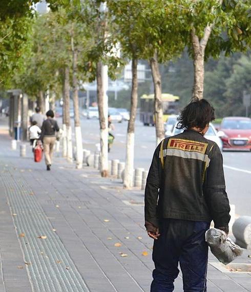 和通路附近一流浪汉常常骚扰路人