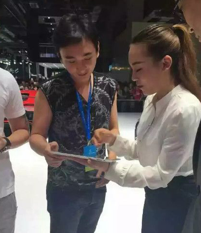 王思聪现身上海车展986万随手买辆豪车 高清图片