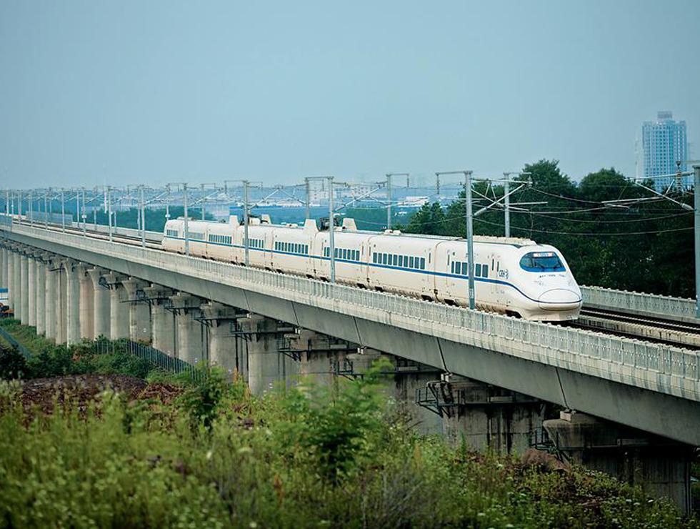 6月28日,合福高铁G2621次列车驶出合肥南站。新华社记者 杜 宇摄  6月28日,旅客准备登上福州开往合肥南的G2626次高铁列车。 张学东摄 6月28日上午7时37分,随着福州至武夷山北G5602次列车缓缓驶出福州车站,京福高铁的重要组成部分,也是我国首条时速300公里穿越山区的高速铁路合福高铁开通运营。 合福高铁于2010年开工建设,今年3月开始联调联试。铁路线跨越安徽、江西、福建3省,以合肥市为起点,福州为终点,沿途穿山涉水,绵延纵横850公里。 推动国家区域战略对接融合 合福高铁南端连接