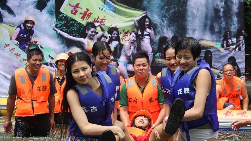 广东美女组建护漂队 可对游客做人工呼吸