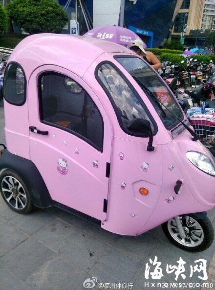 有网友称:一个漂亮可爱的女生骑着这样粉色的三轮车
