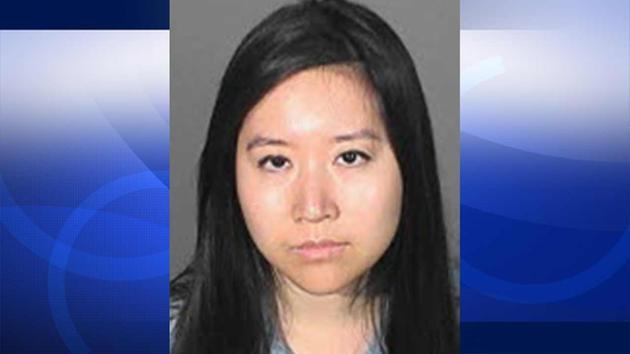 圣彼渚高中华裔女教师Michelle Yeh涉嫌性侵男学生案,截止昨日,警方表示通过网路征集受害人有进展,她将于8月12日过堂。 洛杉矶警方表示,28岁的 Michelle Yeh在圣彼渚高中(San Pedro High School)教科学系,通过提供在线辅导,及多个暂时性的教学任务,对学生性侵。提告的学生年仅15岁,据被害人表示,Yeh今年2月份起私下要求会面,并且在多个场合性侵他。 KTLA电视台公布了更多该名女教师的生活照,她眉目清秀,身着靓丽的洋装,手叉腰,笑容灿烂,无法令人联想到是一名向学