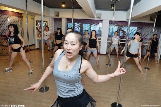 武汉85后美女教钢管舞