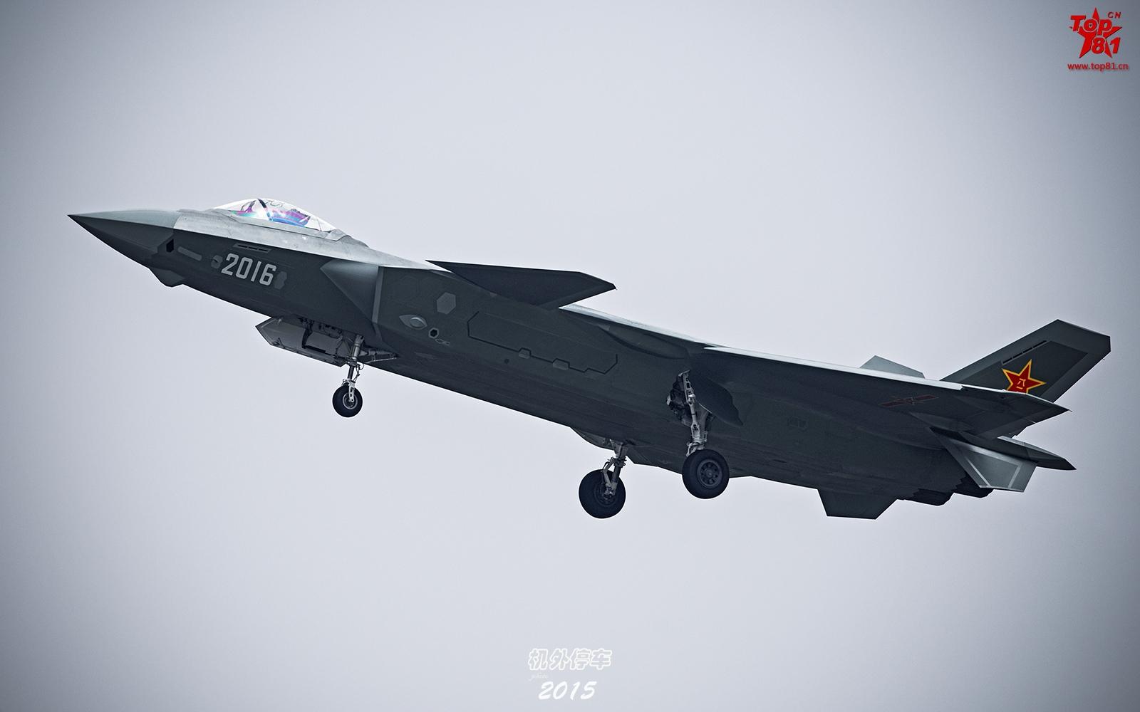 2016号歼-20战斗机 9月12日,根据社交媒体和军事论坛公布的多组图片来看,倍受期待的国产隐形战斗机歼-20的最新一架2016号原型机首次公开露面,并且已经开始在成都飞机制造厂开始地面滑行测试,与此前歼-20的每架原型机之间一直有小幅的改动相比,最新出现的2016号原型机除了进气道的鼓包处涂装与早前的原型机有所不同以及腹鳍似乎也进行了隐身改进之外,其他地方在外观上和2015号原型机完全一致。 结合此前媒体报道的相关时间点来看,2015号与2016号原型机的出现时间相隔将近一年,而从两者之间并无较大气