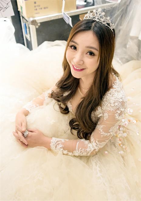柳岩穿50斤巨型婚纱走秀艳压全场 头戴皇冠似童话公主