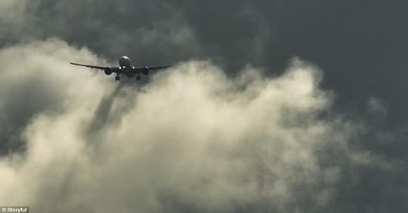 飞机降落前要穿过厚厚的云层