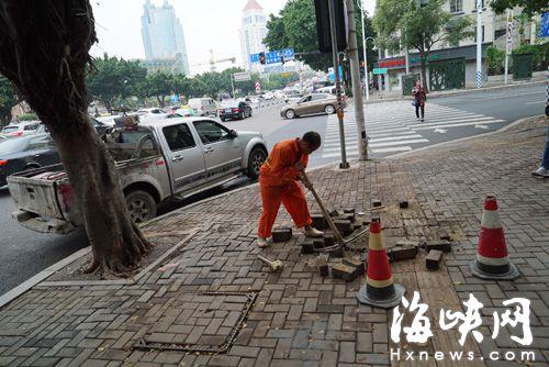 福州天泉路刚修一年多 人行道地砖出现塌陷_福