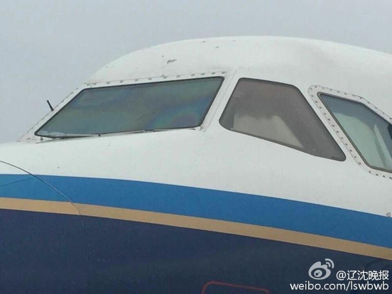 南航飞机挡风玻璃出现裂痕
