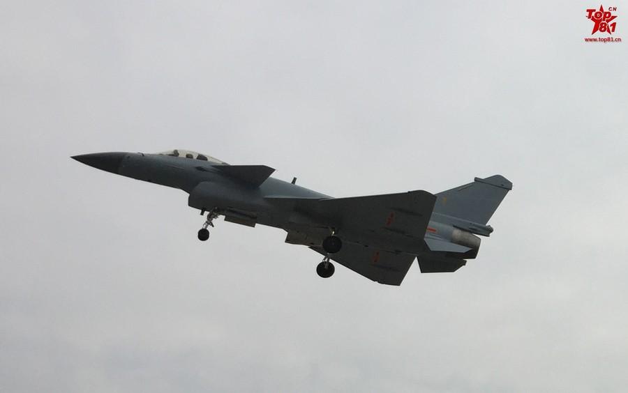 """近日,采用空军灰色涂装的歼-10B战机试飞新照再次曝光,其配备的是国产""""太行""""发动机。(鸣谢:鼎盛军事 MMMP)"""