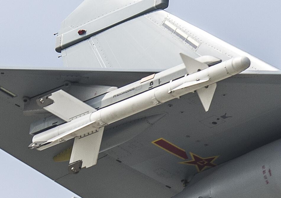 """日前,网络上不断有国产歼-10B新型战机的消息曝光,网友拍摄到一架安装了国产""""太行""""发动机的歼-10B战机飞行画面,角度霸气。这架歼-10B战斗机刷涂了灰色的空军涂装,在试飞中满挂武器和副油箱飞行,展现出良好的性能状态。(图片鸣谢:鼎盛军事 干巴巴的苏霍伊)"""