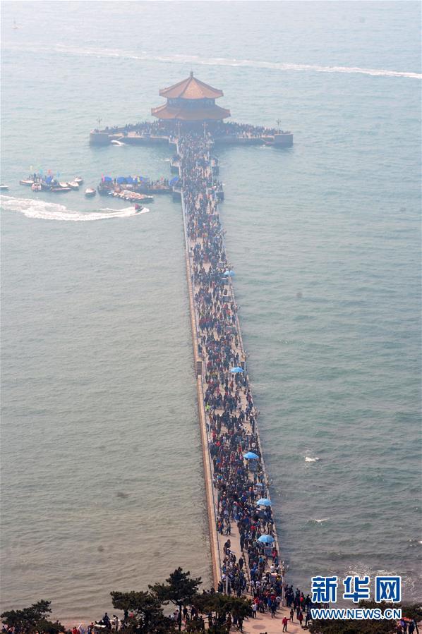 """当日是""""五一""""小长假首日,山东省青岛市栈桥景区迎来旅游高峰."""